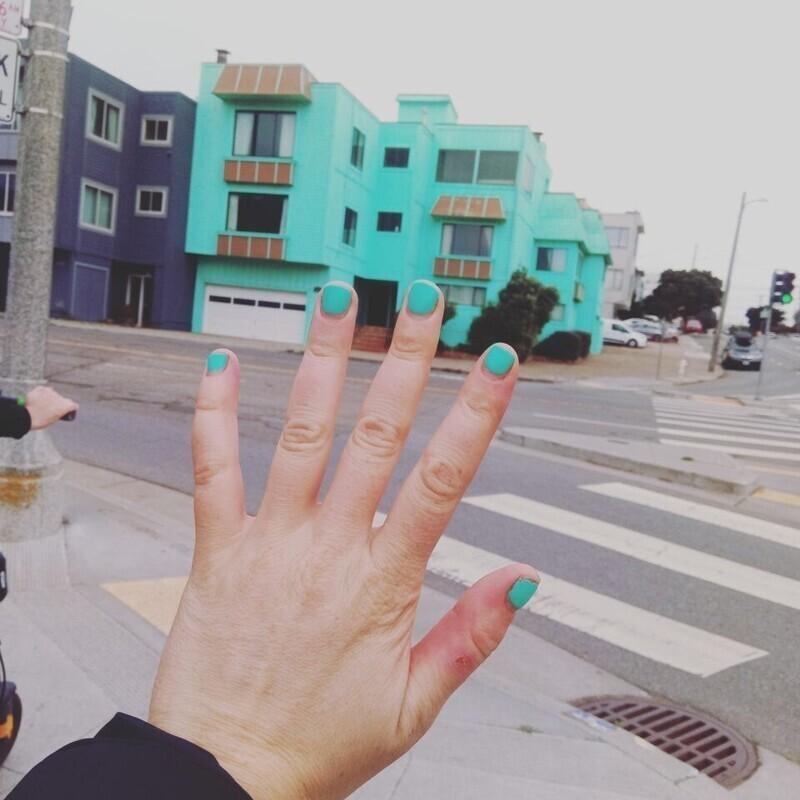 «Мои ногти такого же цвета, как этот дом»
