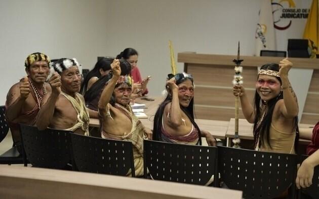 Народ Ваорани живет в Эквадоре. После длительных судебных тяжб они выиграли дело против нефтяной компании, претендующей на их земли. На фото члены племени из Амазонки в зале суда
