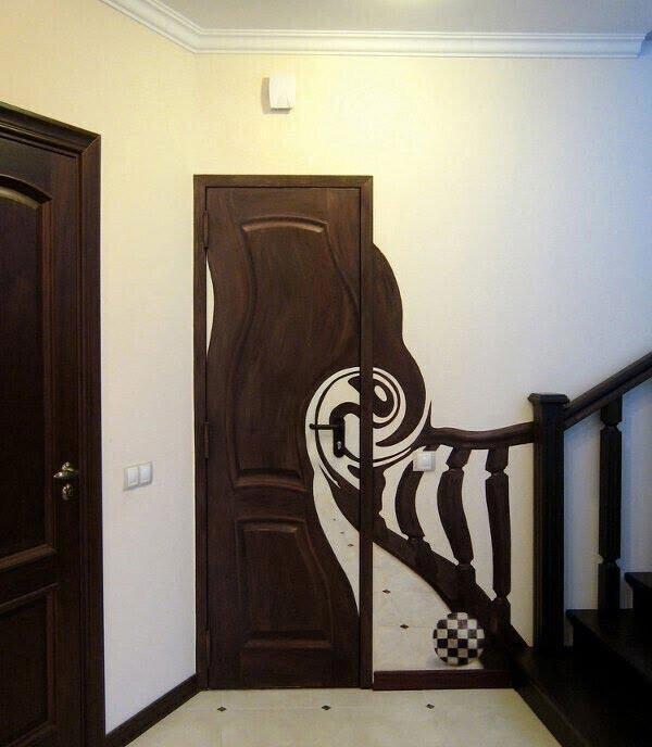 Вы были бы в замешательстве, увидев такую дверь в своем подъезде впервые. Это всего лишь рисунок с оптической иллюзией