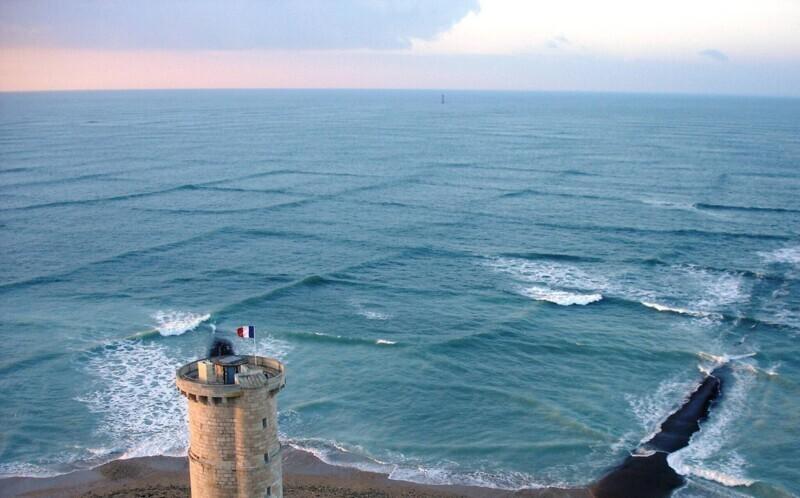 Это крестовое море. Оно выглядит так из-за волновых систем, движущимися под разными углами