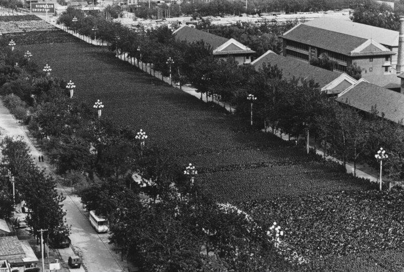 В  1976 году в Пекине прошли похороны Мао Дзедуна, так выглядел в этот день Пекин с воздуха - на похороны «Великого кормчего» пришло более миллиона человек.