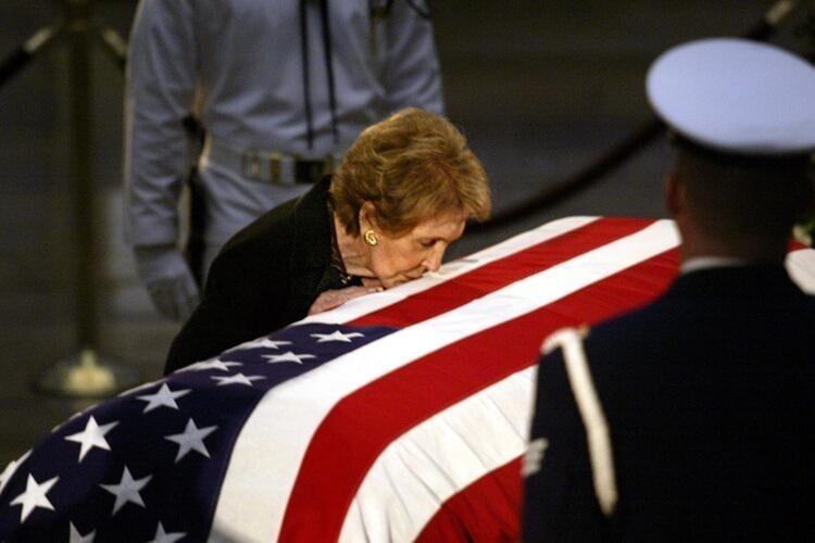 """Самые """"дорогие"""" похороны, с точки зрения экономики - похороны Рональда Рейгана - 400 миллионов долларов. Из них на саму церемонию ушло 2 300 000$. Все прочие расходы страна понесла в результате вынужденного закрытия большинства финансовых и государст"""