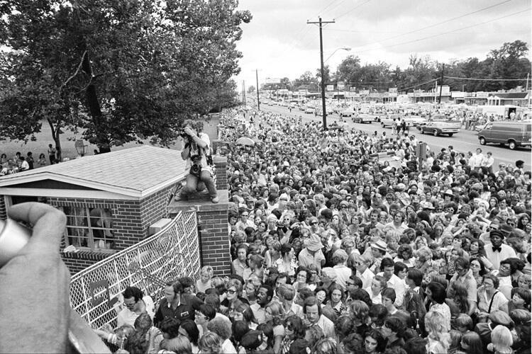 Похороны Элвиса Пресли. Как только стало известно о его смерти более 28.000 человек окружили его дом...