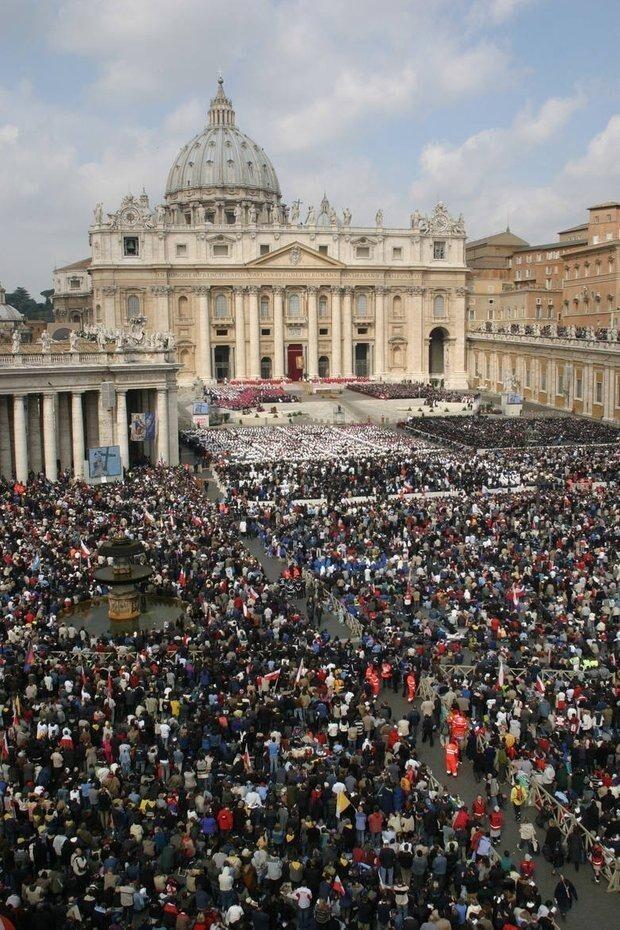 Папа Римский Иоанн Павел II  и его похороны, обошедшиеся в 11,9 миллионов долларов. На похороны съехались десятки миллионов человек...