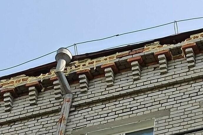 Монтажная пена идеально заменяет цементный раствор. А ещё пена не разрушается от солнечного света