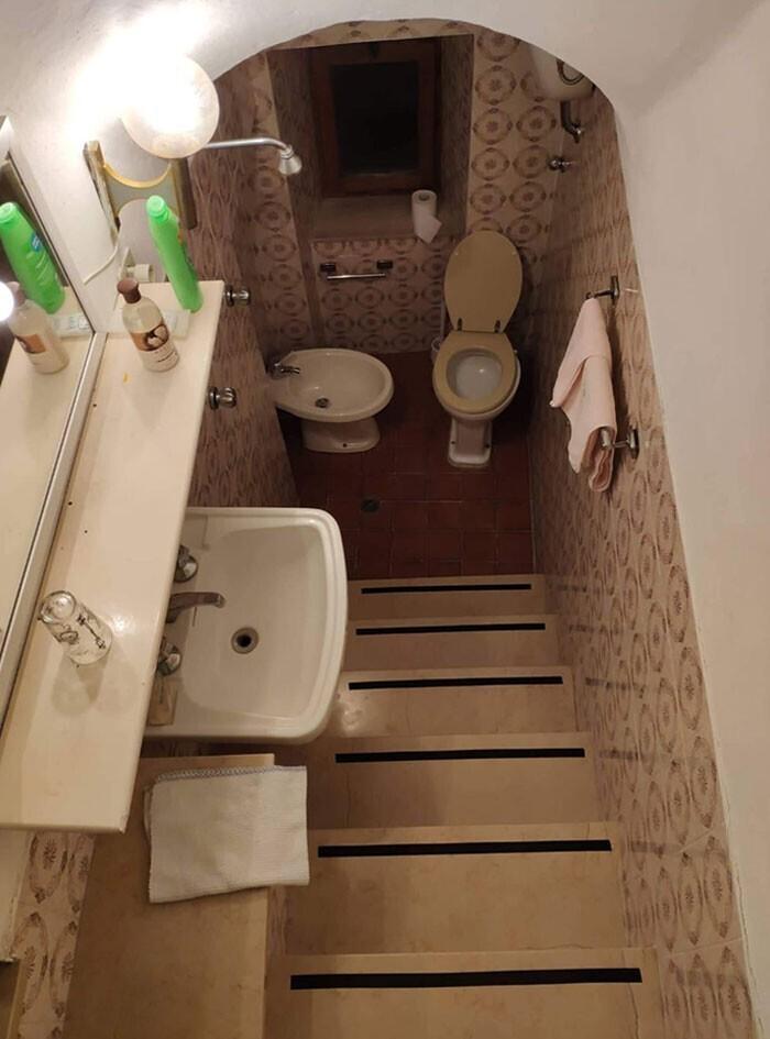 Туалет - вниз по лестнице