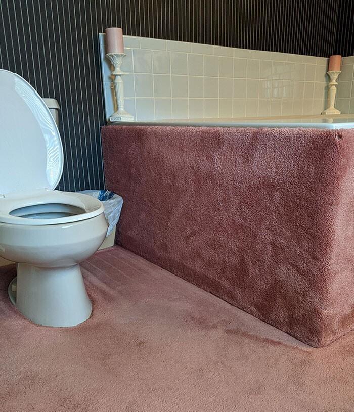 Ковролин в ванной комнате, которым обита даже ванна