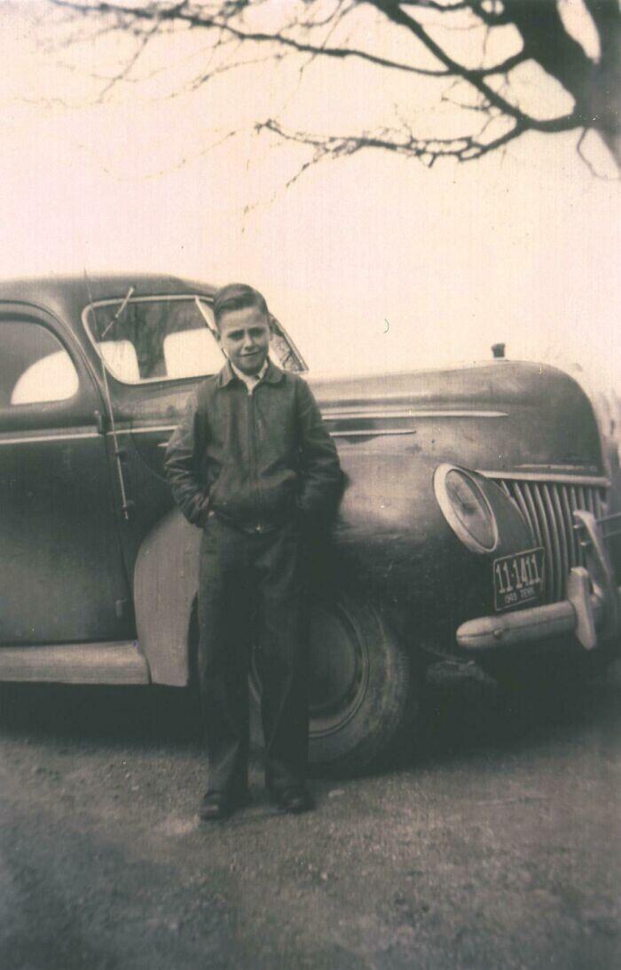 """""""На этом фото 1948 года папе 11 лет. Он стоит рядом со своей первой машиной, деньги на которую заработал сам, работая на ферме"""""""
