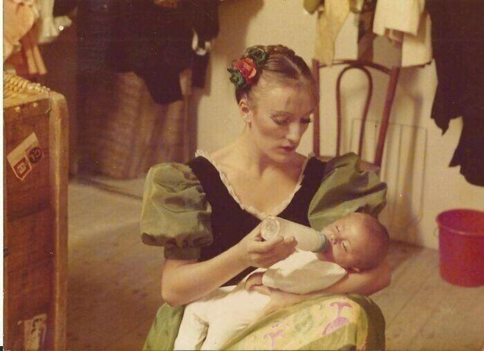 """""""Франция, 1985 год. Мама кормит меня за кулисами во время балетного спектакля перед выходом на сцену"""""""
