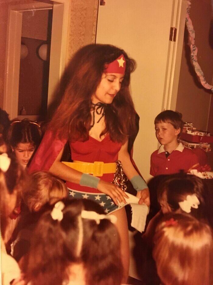 """""""Моя мама иммигрировала в США из Ирана в 1978 году. Здесь она год спустя в костюме Чудо-Женщины"""""""