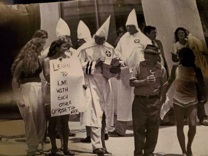 """""""Моя 17-летняя мама протестует против Ку-клукс-клана. В 1976 году в Атланте для этого требовалось много храбрости!"""""""