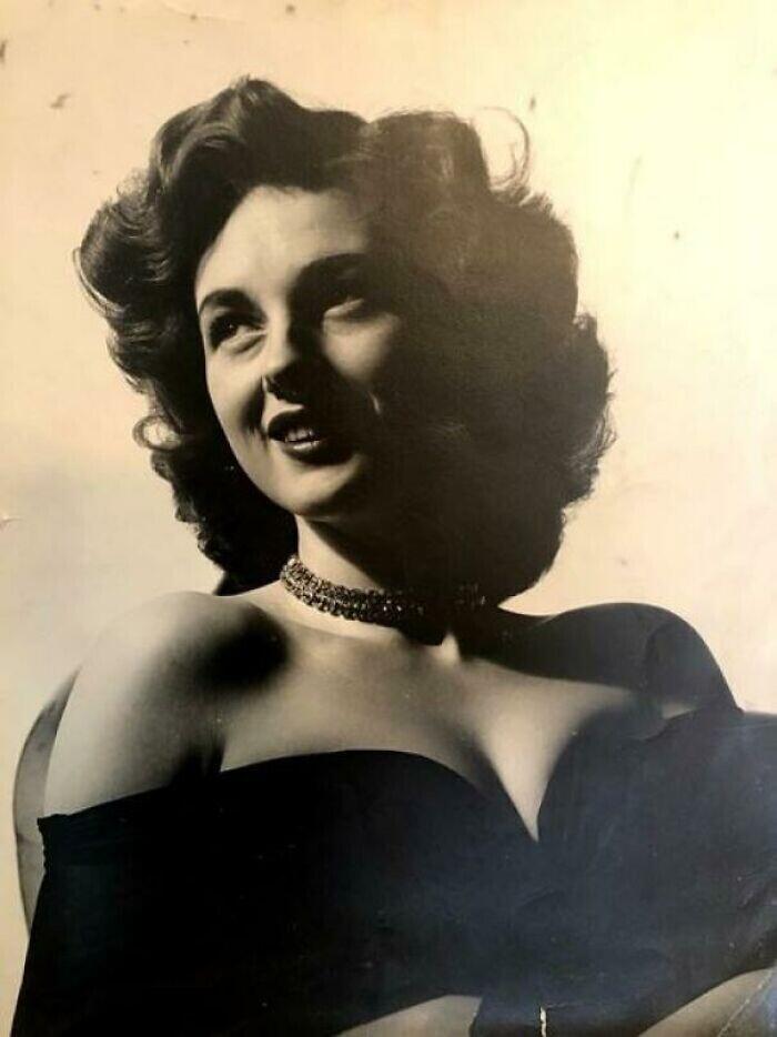 """""""Мама приехала в США из Германии в 1948-м, в 18 лет, не говоря ни слова по-английски. Шесть лет спустя она стала моделью. Это она в 1954-м"""""""