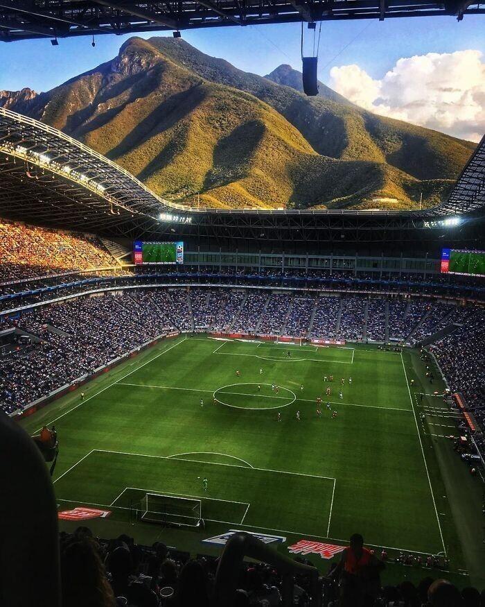 Один из стадионов Мексики. То, чего не видят зрители на экранах ТВ, но видят посетители игр