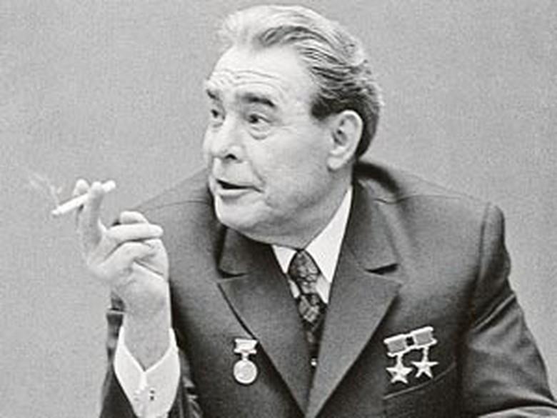 А еще заядлым курильщиком был Брежнев. Курил он много, но в конце концов бросил, однако всегда подсаживался к курильщикам и вдыхал дым