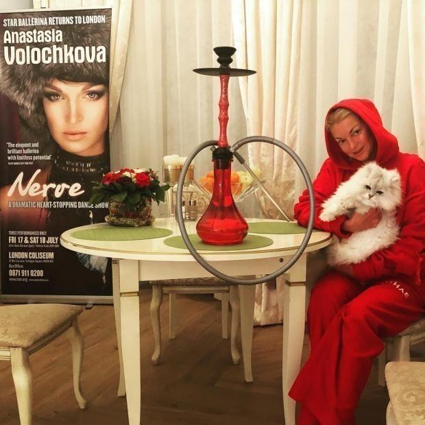 Анастасия Волочкова вроде бы выступает за здоровый образ жизни и просто сигареты не курит. Зато  это не мешает ей на  дымить кальяном, который, по уверениям врачей, наносит ничуть не меньший вред организму, нежели обычные сигареты.