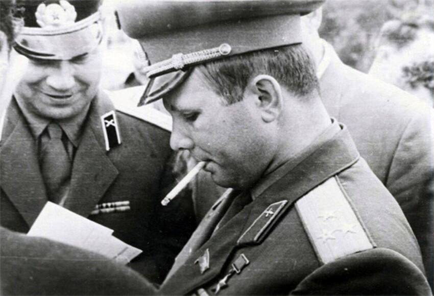 Знали ли вы, что Гагарин курил? Его любимыми папиросами был Беломорканал. Казалось бы - космонавт, а вот так вот