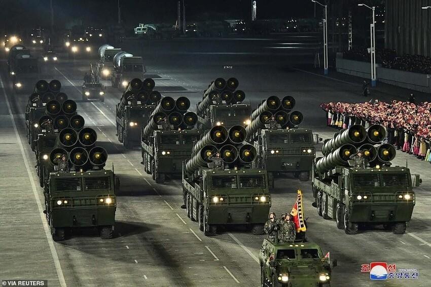 Ким Чен Ын и его новая любимая ракета