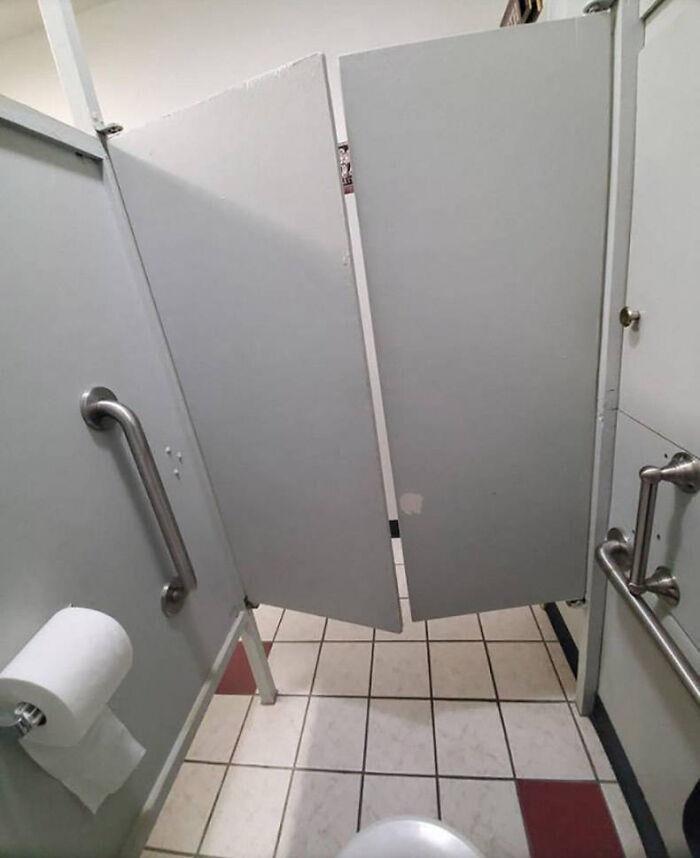 Где же еще уединиться, как не за салунными дверями