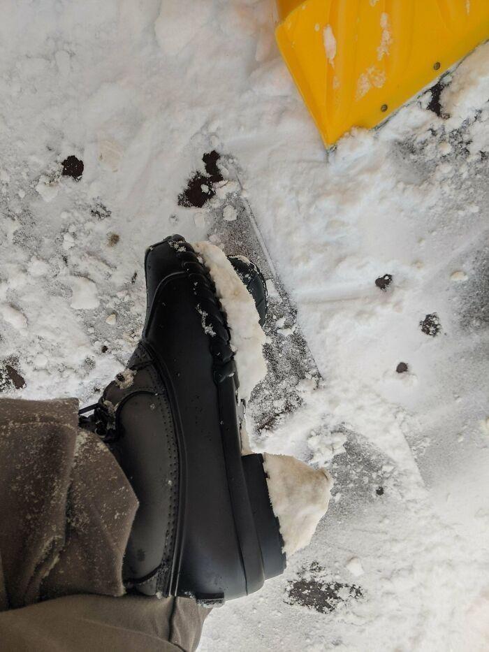 Зимние ботинки с подошвой, к которой пристает снег. Потому что высокие каблуки — это модно даже зимой!
