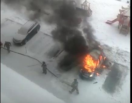 Мужик помогал сибирячке завести авто