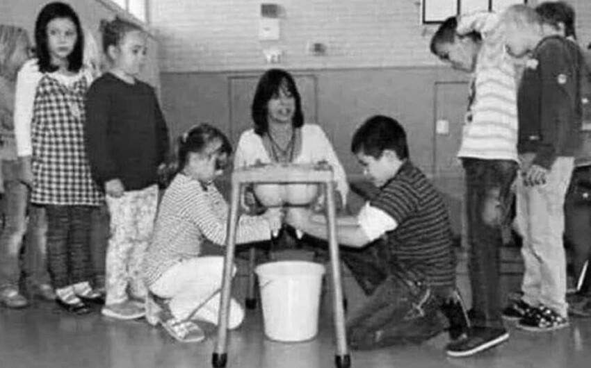 Дети учатся доить корову