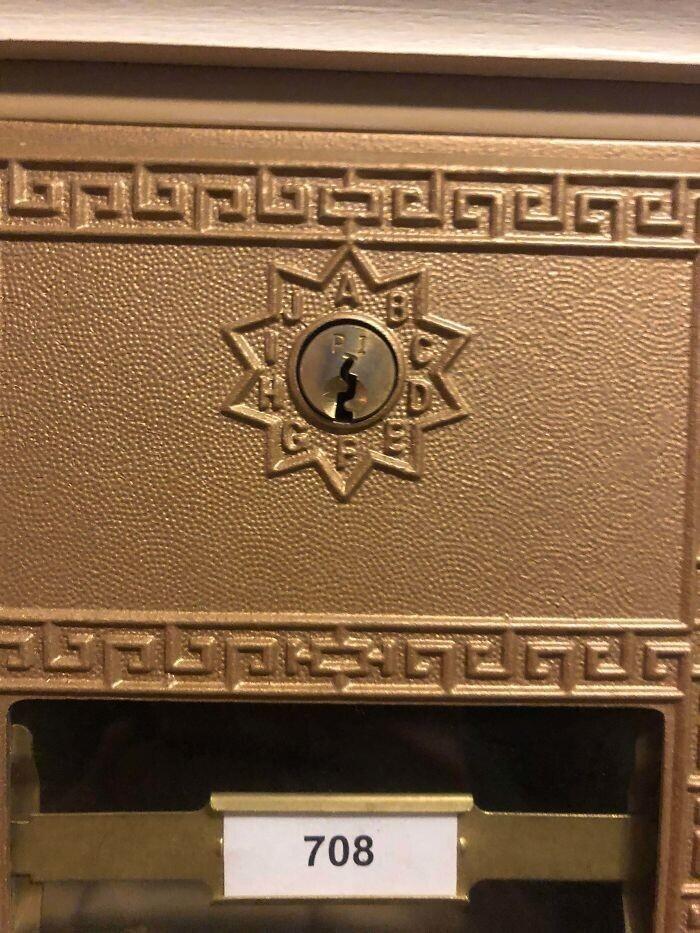 """""""Что за буквы вокруг замочной скважины на почтовом ящике? Дом построен в начале ХХ века"""""""