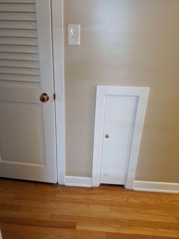"""""""Наш дом построен в 1950-м. Слева - дверь в гардеробную. А что за дверца справа? Вход для домашнего эльфа?"""""""