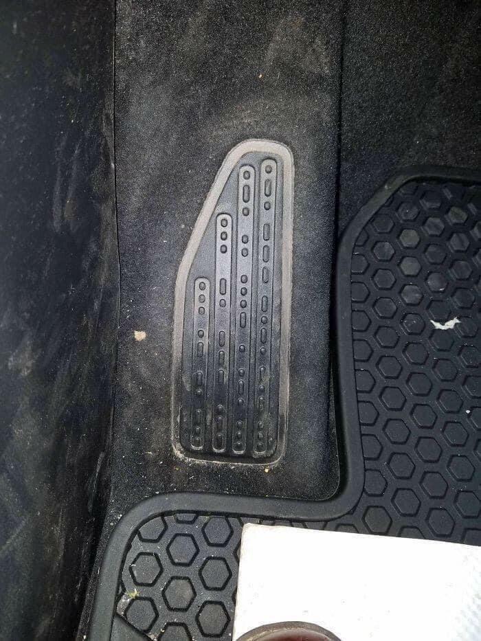 """На подножке этого джипа азбукой Морзе написано: """"Песок, снег, река, скалы"""""""
