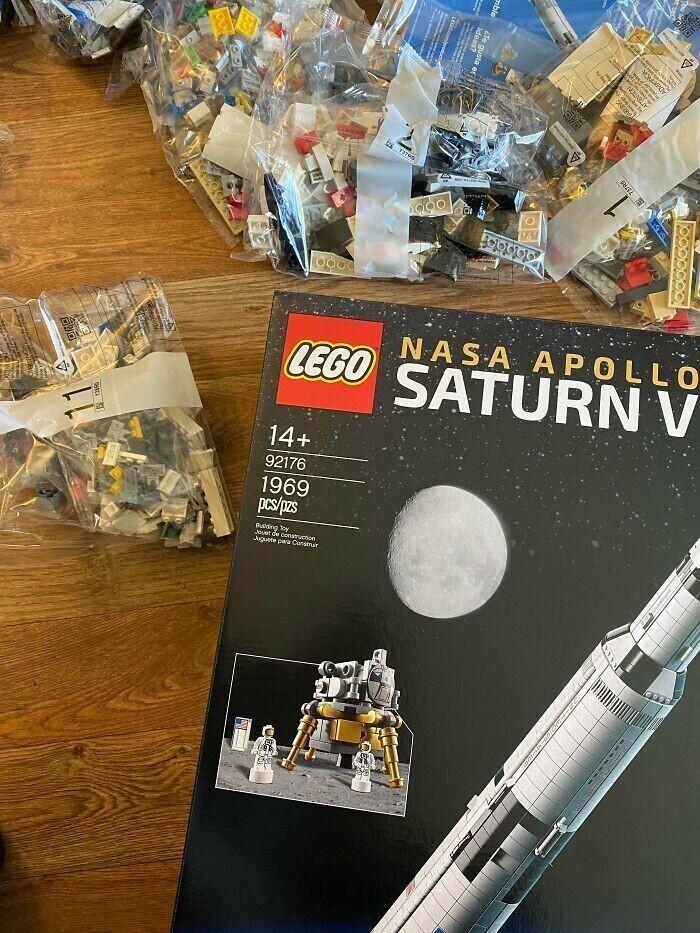 """Космический аппарат """"Сатурн-5"""" в конструкторе LEGO собирается из 1969 деталей. Это число выбрано специально - ведь в 1969 году человек впервые ступил на Луну"""
