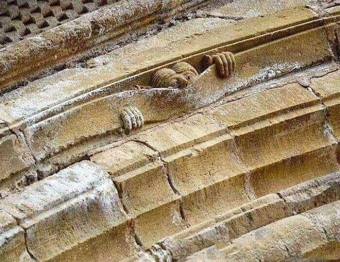 Средневековый юмор: аббатство Сен-Фуа в Конке, ок.1050г.