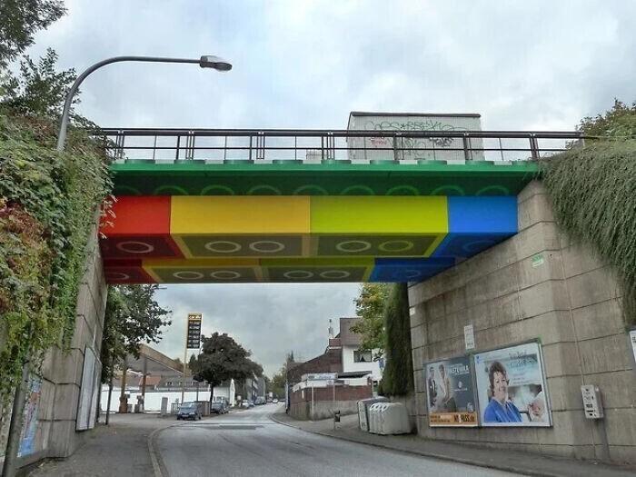 Перекрытия моста в Германии раскрасили под конструктор LEGO