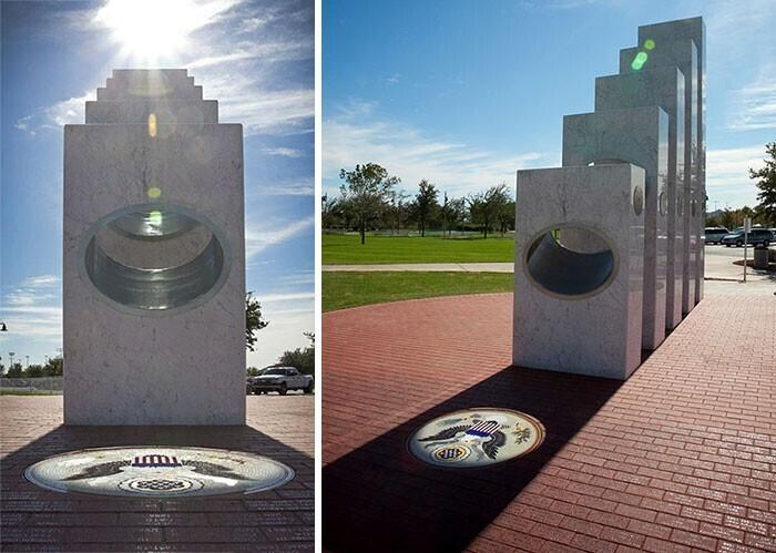 11 ноября, в День ветеранов, ровно в 11.11 солнечный луч проходит сквозь отверстия в пяти колоннах, символизирующих роды войск, и фокусируется на мозаике, которая изображает Большую печать США
