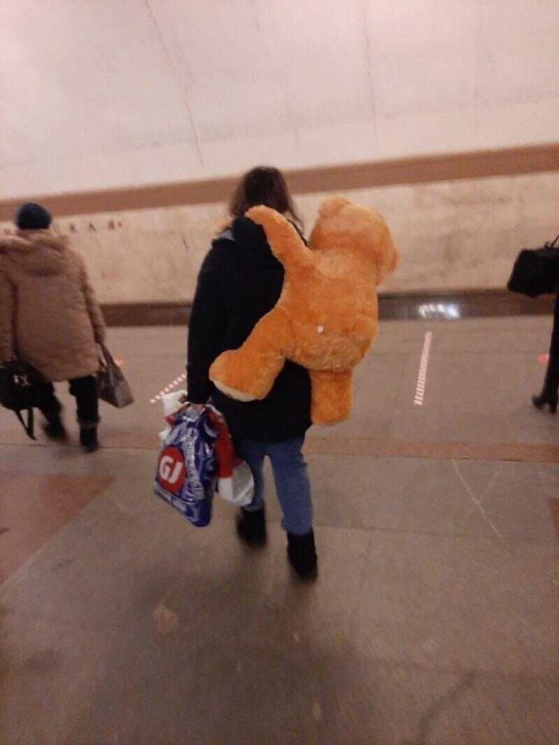 Скажите ей уже кто-то, что у нее за спиной медведь