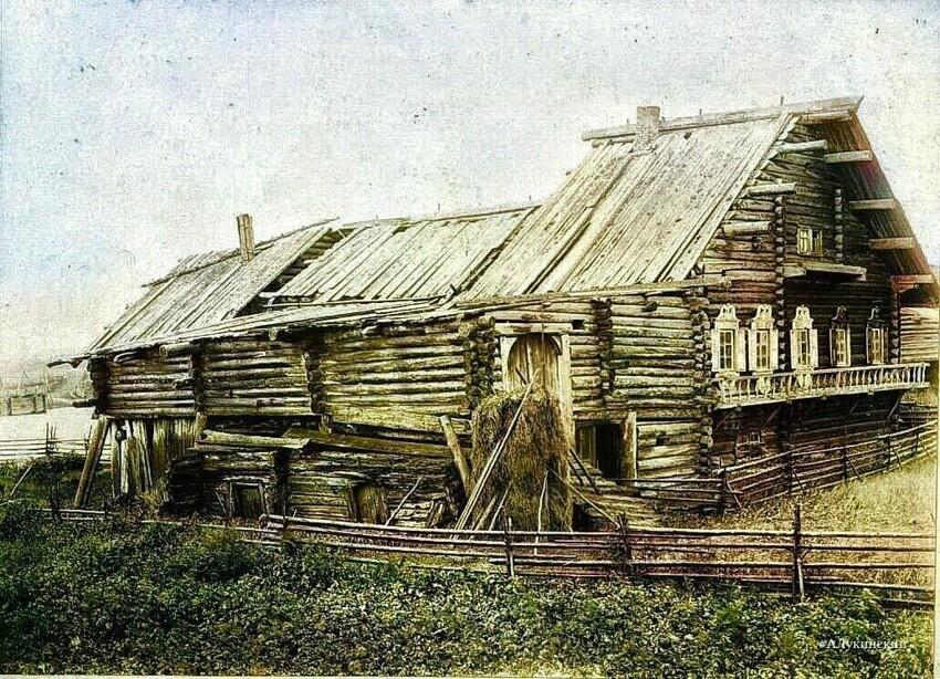 Фасад избы всегда держали в порядке, даже если задняя часть уже давно прохудилась и требовала ремонта