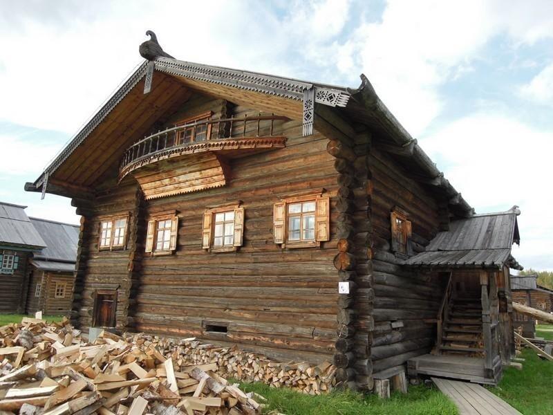 Добротные  дома-дворы строили с разными вариациями по всему северо-западу России