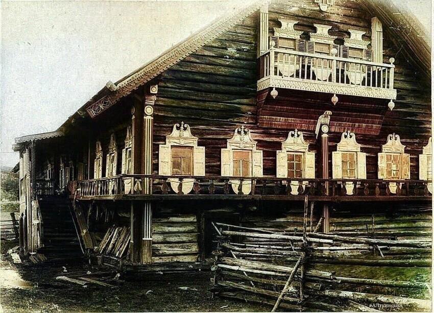 Чаще всего первый этаж дома был нежилым и защищал от холодной земли, семья жила на втором