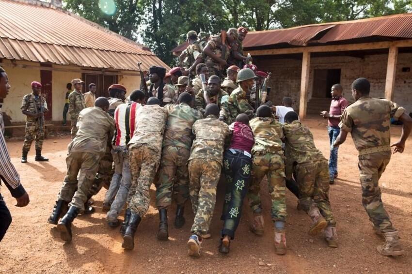 Бойцы из группировки «Селека» пытаются завести автомобиль, чтобы ехать