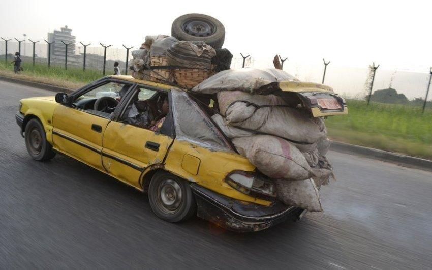 Помните, если вы поедете по африканским дорогам на чем-то, напоминающем грузовичок или пикап, вас непременно будут останавливать по дороге и просить довезти груз, иногда весьма немаленький