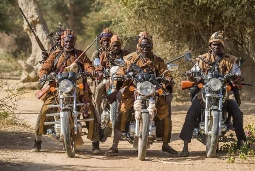 Dozo (также Donzo) являются традиционными охотниками в северной части Кот - д'Ивуара , Юго - Восточной Мали и Буркина - Фасо и членами совместного братства