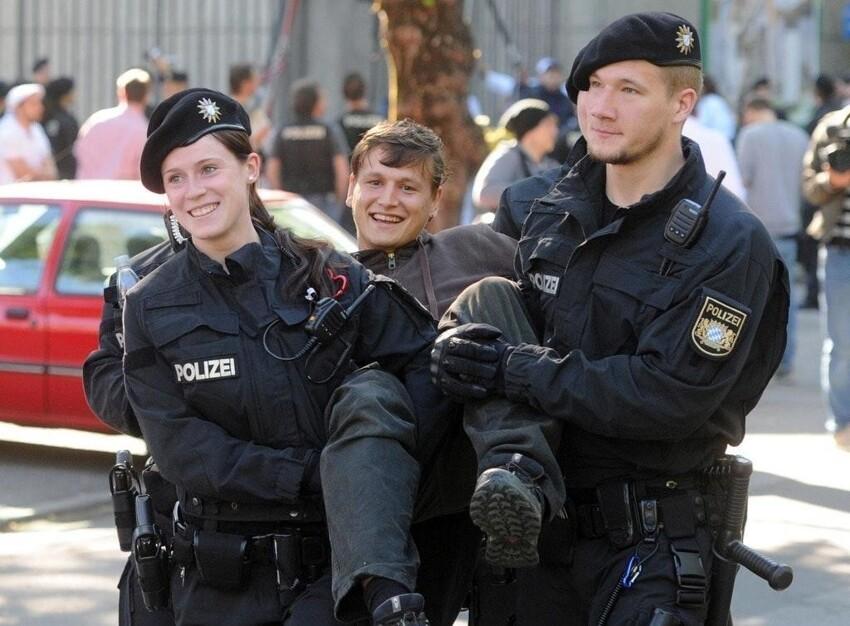 Немецкие полицейские и задержанный