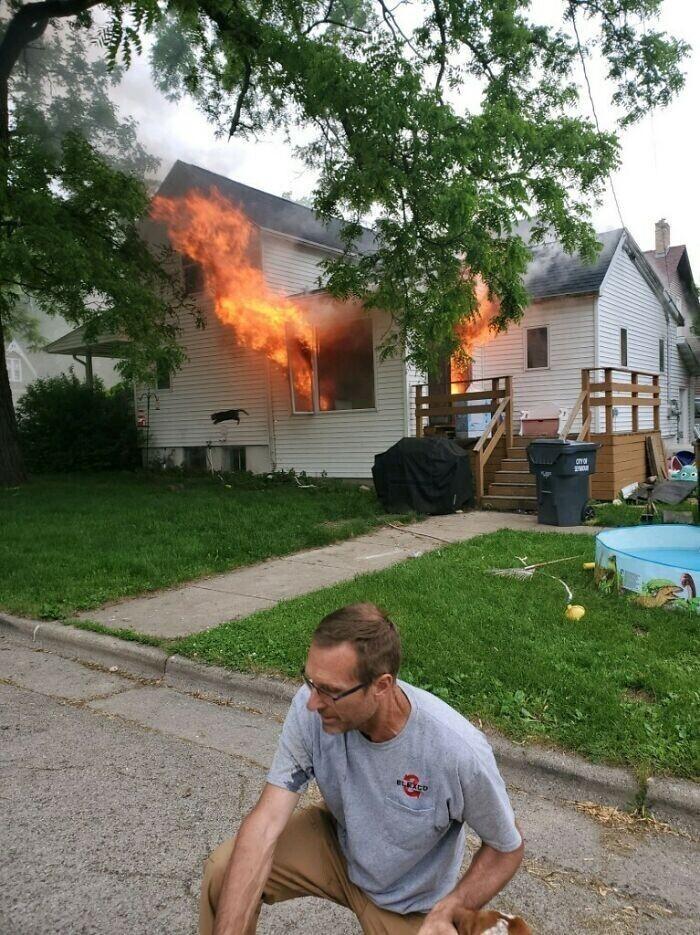 """""""Этот мужчина спас нашу собаку из горящего дома. А на заднем фоне видно, как наш кот прыгает из окна"""""""