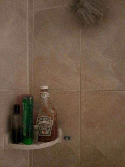 Муж даже не удивился, когда увидел кетчуп в ванной