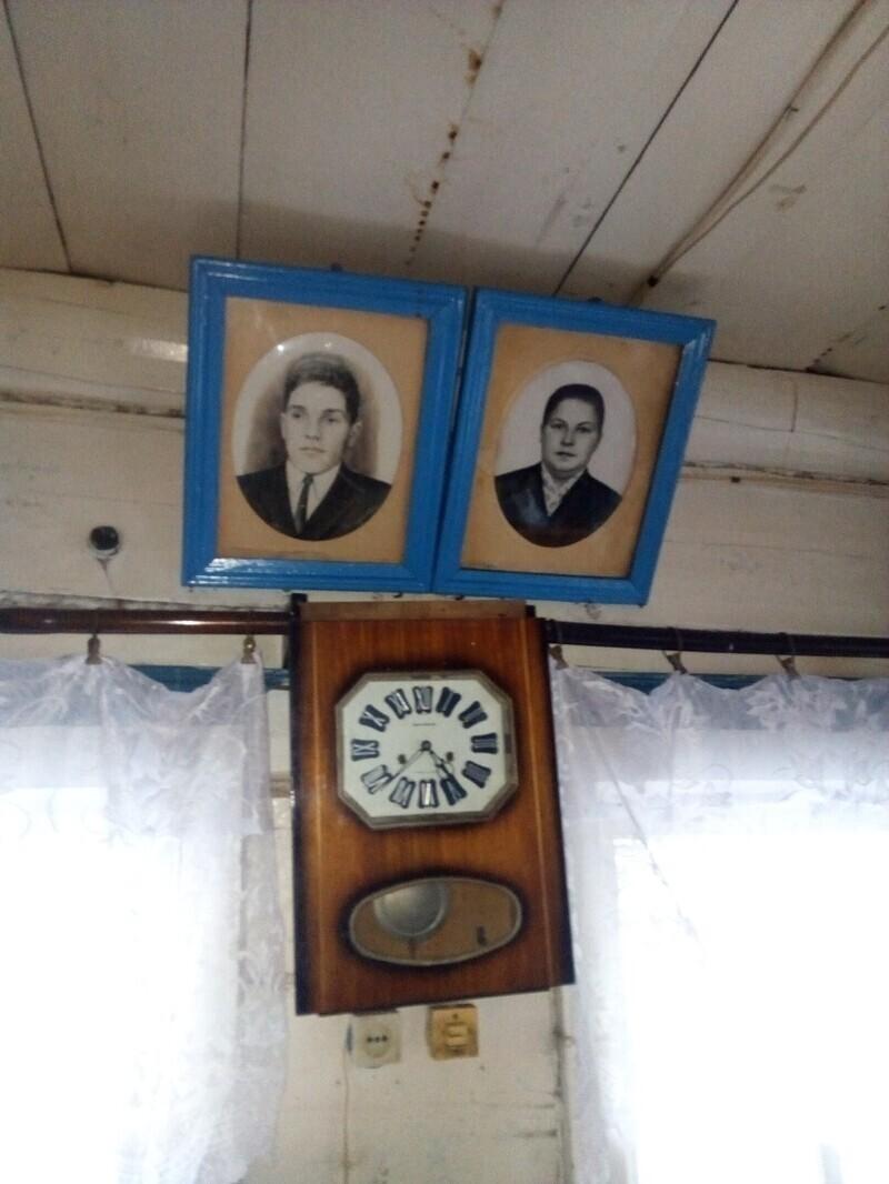 Фото родственников на стенах - еще один атрибут деревенской жизни