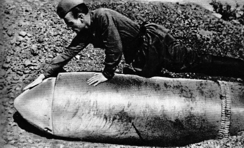"Неразорвавшийся 600-мм снаряд от самоходной мортиры ""Карл"". Севастополь, 1942 год"