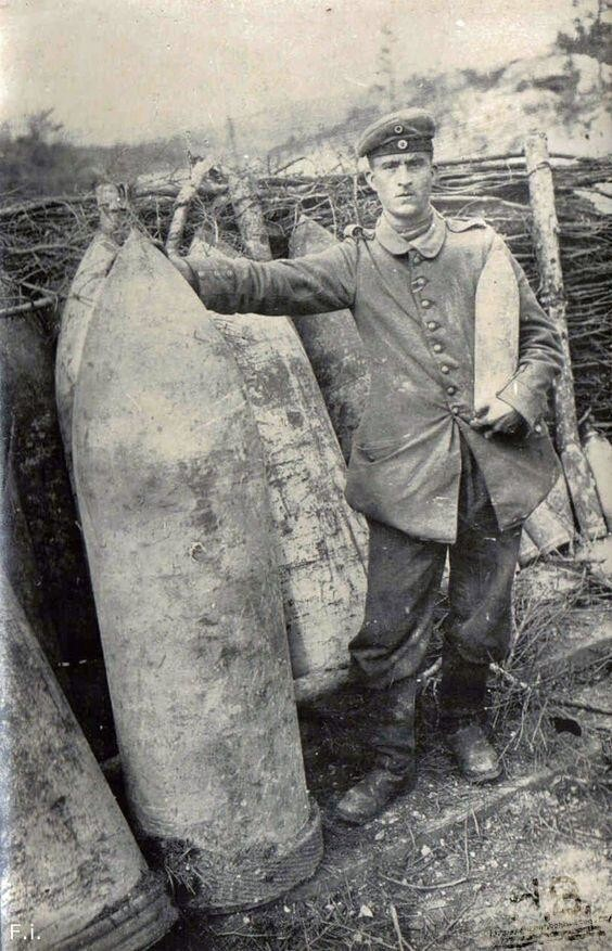 "Немецкий артиллерист у 420-мм (16,5 дюйма) снарядов ""Большой Берты""."