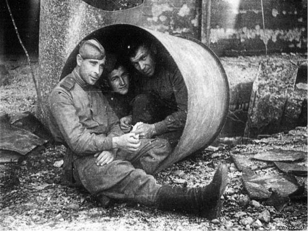 Советские солдаты в гильзе  Доры