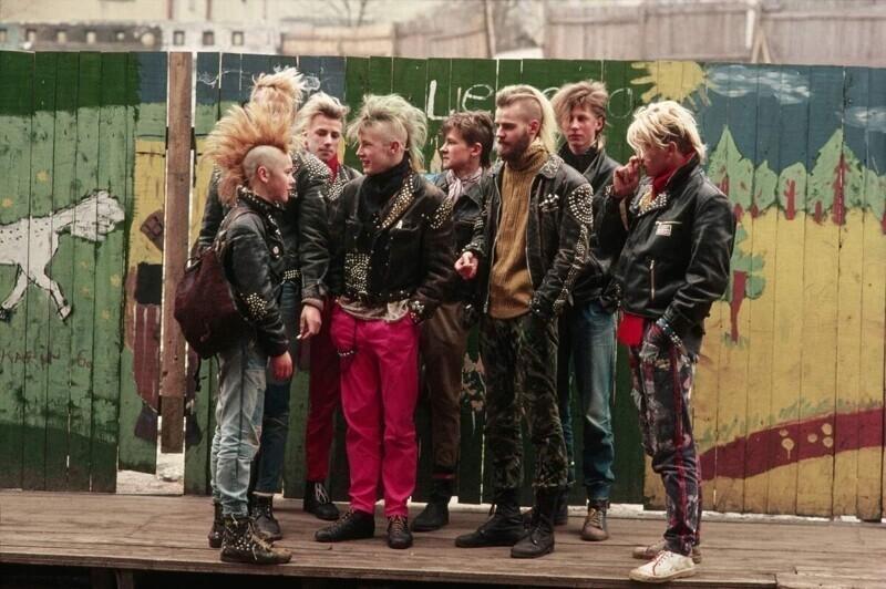 Зарождались и развивались разные субкультуры: по улицам ходили хиппи, панки, рокеры, рэперы