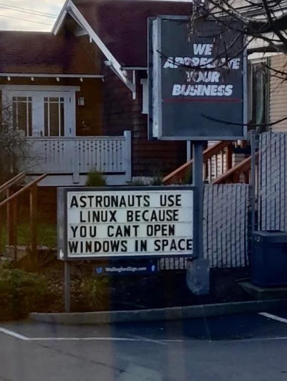 Космонавты используют Линукс потому что ты не можешь открыть Окна (Windows) в космосе
