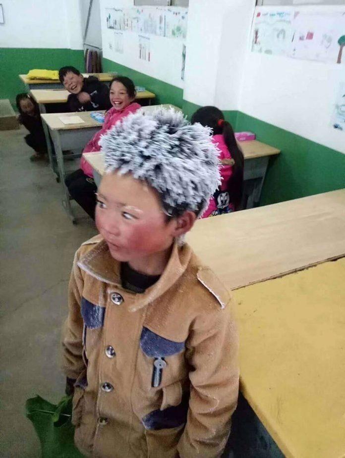 Этот китайский мальчик каждый день в мороз ходит в школу, 4,5 километра
