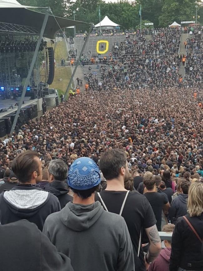 Когда очень хочешь на концерт, но сторонишься людей